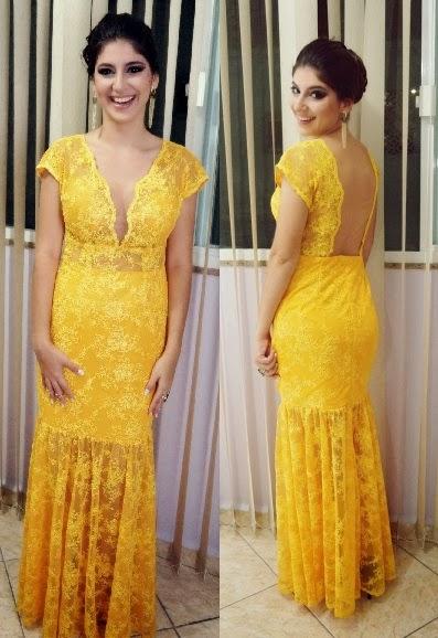 Vestido de festa amarelo rendado com decote