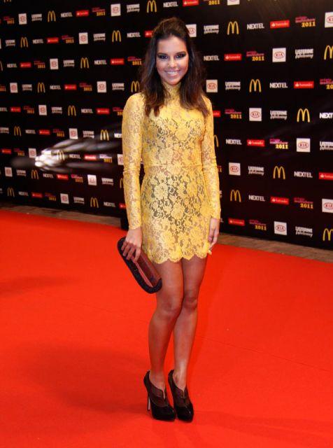 Vestido curto amarelo rendado justo com efeito de brilho