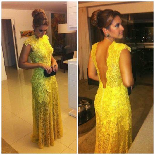 Vestido de festa amarelo de renda com transparência nas costas