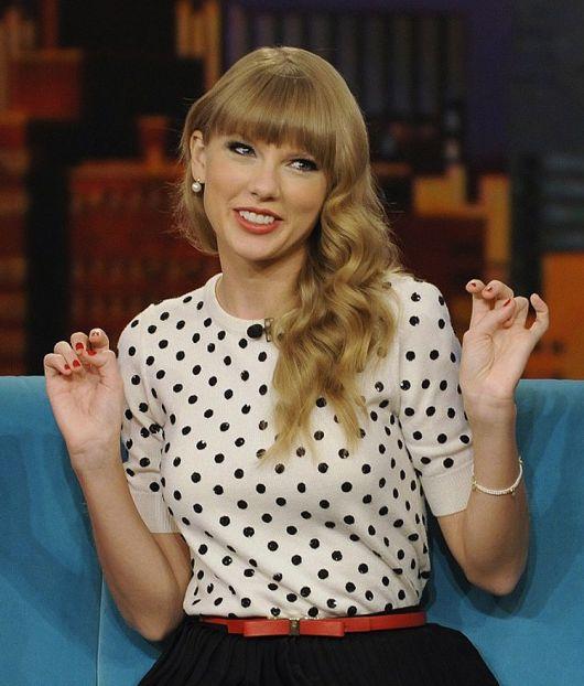 Taylor Swift usando blusa de poás preto e branco