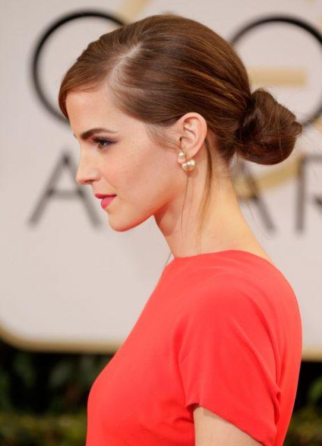 """Emma Watson usando brincos de pérola estilo """"Mise en Dior"""""""