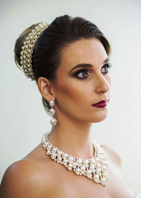 Noiva com tiara, brincos e colar de pérola.