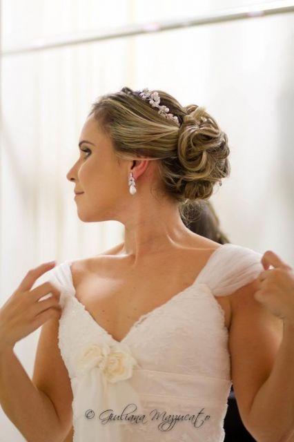 Noiva com estilo mais romântico com brinco de pérola combinando com tiara