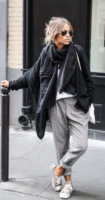 Look com calça moletom cinza, tênis all star , camiseta branca, casaco preto e cachecol na mesma cor.