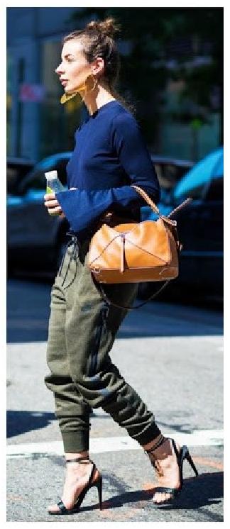 Look com calça moletom verde musgo, blusa manga longa azul, sandãlia modelo nudist preta e bolsa de mão cor amarelo queimado.