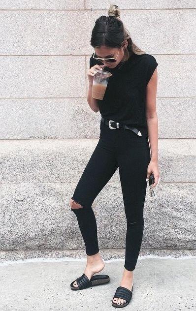 Look com calça jeans preta, blusa e chinelo slide na mesma cor.