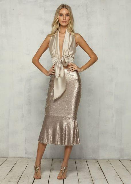 Look com saia midi prata e cropped da mesma cor.