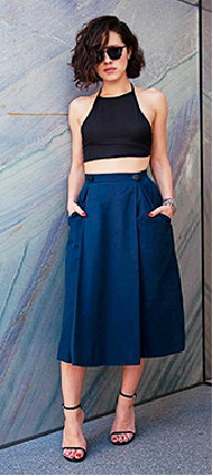 Saia midi azul-marinho com cropped frente única preto e sandália nudist.