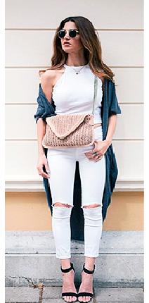 Look com calça branca destryed, cropped branco e bolsa em tons pastéis.