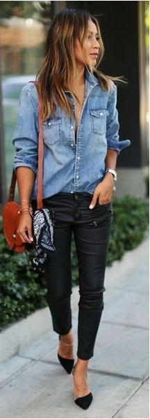 Look com camisa jeans, calça preta e sapato.