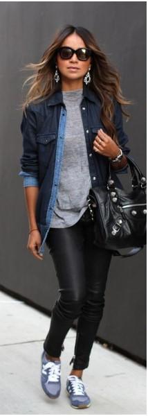 Modelo veste, calça preta, tênis esportivo , blusa cinza e camisa jeans.