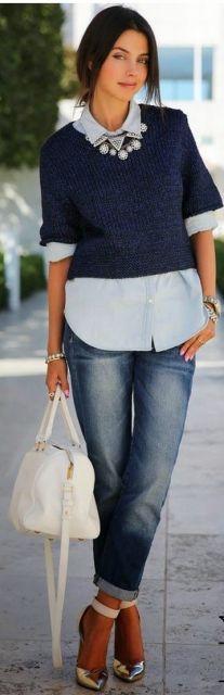 look com camisa e sobreposição de suéter, com calça jeans e sapato prateado.