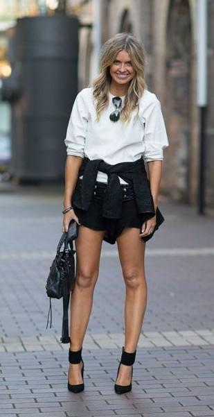 Look com moletom branco, short e sapato da mesma cor.