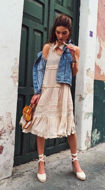 look com vestido com detalhe de renda, colete jeans e sandália espadrille.