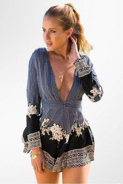 Modelo veste macaquinho estampado em tons de azul, branco e preto.