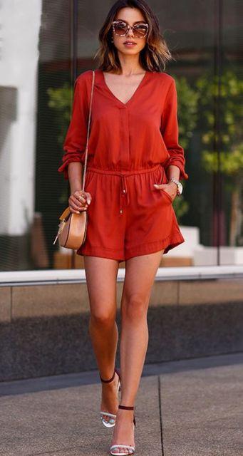 Modelo veste macquinho manga longa vermelho terra, sandália modelo nudist branca e bolsa pequena a tiracolo begê.