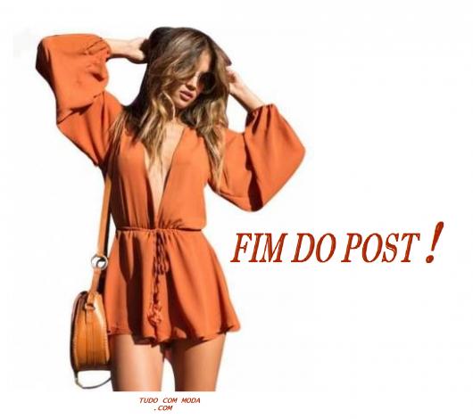 Modelo veste macaquinho manga longa laranja e bolsa no mesmo tom.