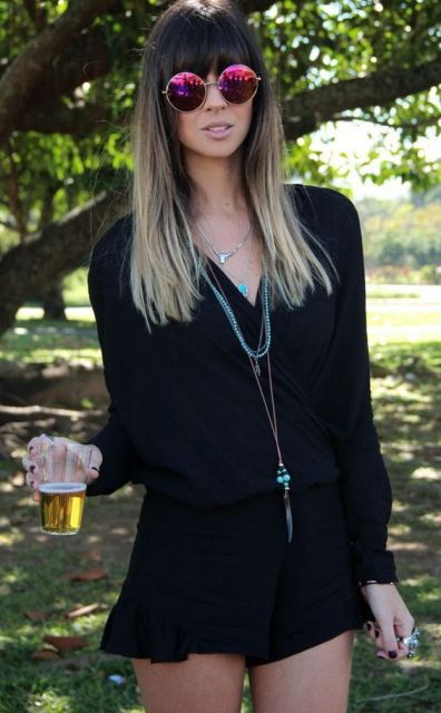 Look com macaquinho manga longa preto, colar e óculos espelhado.