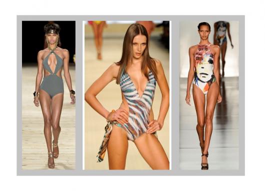 Modelos vestem na passarela, maiôs estampados e decotados em cores sóbrias, com sapato de salto.
