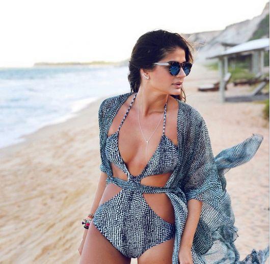 Thassia Naves veste maiô engana mamãe cinza estampado e óculos escuros.