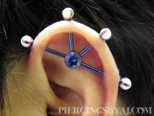 Piercing transversal com quatro furos.