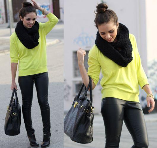 Look com blusa neon amarela , calça de couro preta e cachecol da mesma cor.