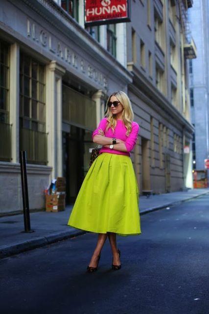 Look com blusa rosa e saia midi amarela neon.
