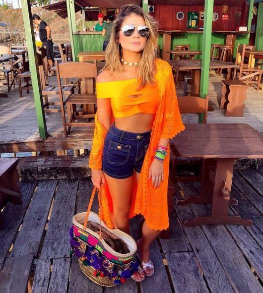 Thassia Naves veste short jeans cintura alta com cropped e kimono laranja neon.
