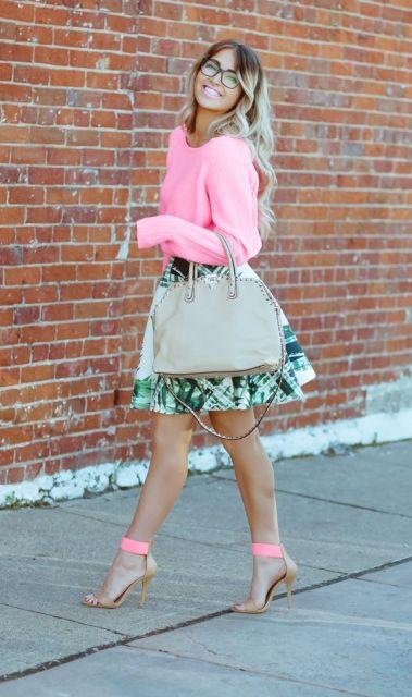 Look com blesa neon rosa, saia estampada, sandália com detalhe neon rosa e bolsa nude.