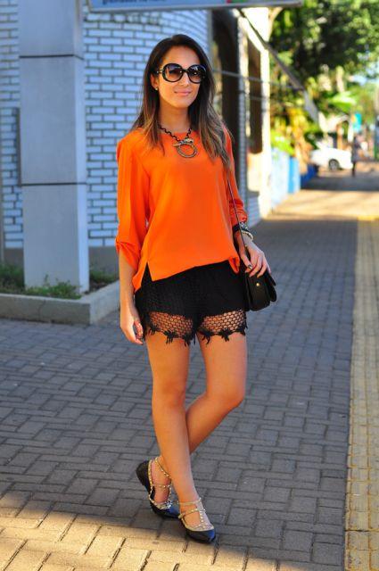 look com bermuda preta com renda, blusa neon laranja e sapatilha.