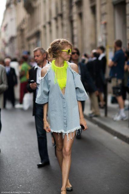 Look com blusa neon e vestido sobreposição jeans.