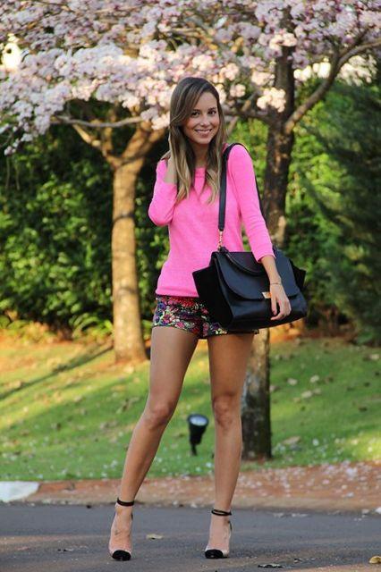 Modelo veste blusa rosa neon, short e sandália bonequinha.
