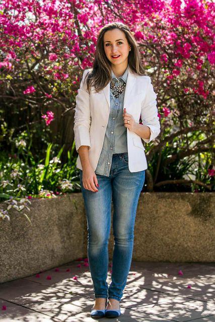 Look com calça jeans, sapatilha e blazer branco.