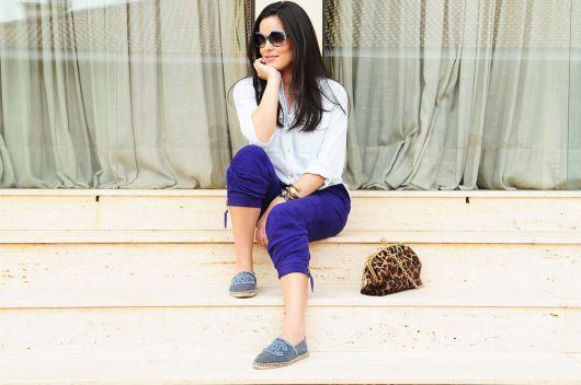 Look com calça moletom, azul, camisa branca e alpargata jeans.