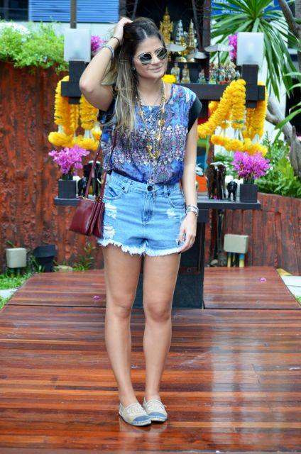 Thássia Naves veste short jeans, blusa estampada e alpargata com detalhe jeans.