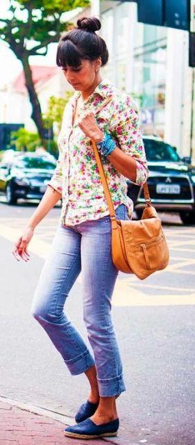Look com calça jeans, camisa estampada e alpargata.