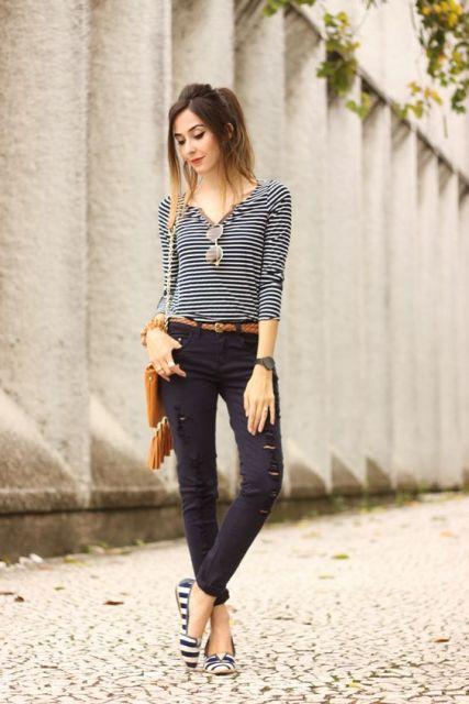Look com calça jeans preta, blusa e sapatilha listrada.
