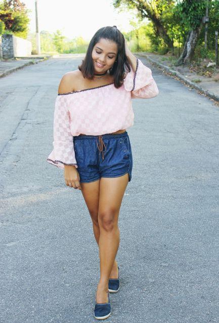 Modelo com bermuda jeans, blusa ciganinha e sapatilha.