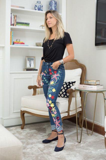 Look com calça jeans patchwork, blusa preta e sapatilha jeans de tirinha.