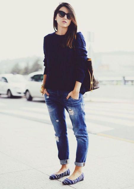 Look básico, com suéter, calça jeans e sapatilha.