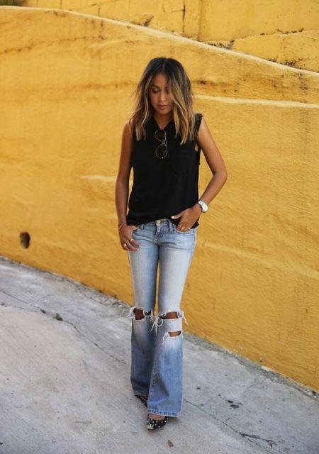 Look com sapatilha jeans com spikes, calça destroyed e regata preta.