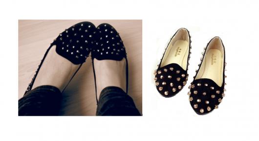 Pés calçam modelo de sapatuilha preta com spikes.