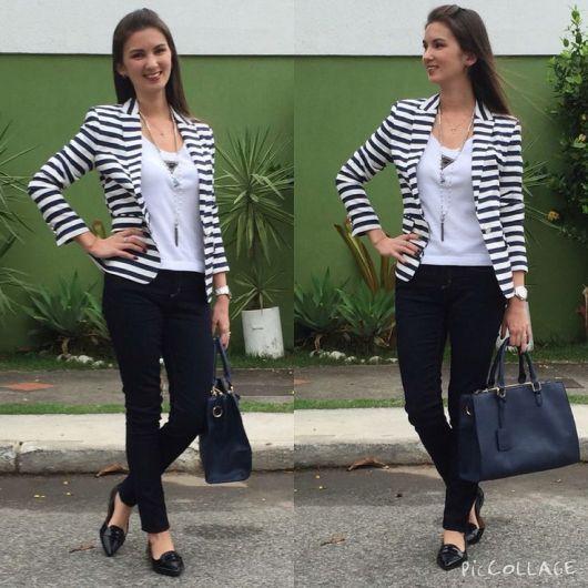 Modelo veste calça jeans preta, sapatilha , blusa branca e blazer em preto e branco, com bolsa.