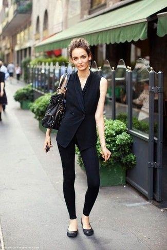 Modelo veste look com calça legging, colete preto em alfaiataria preto e bolsa e sapatilha no mesmo tom.
