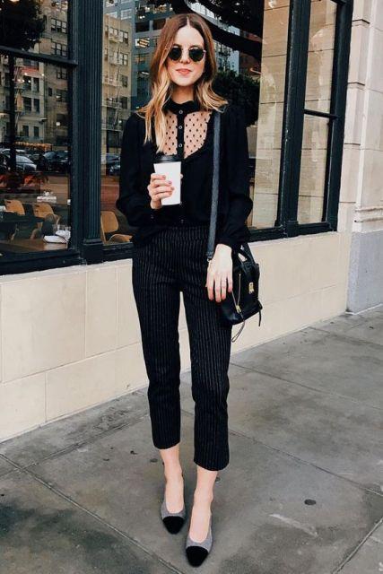 Look com calça preta, blusa , sapatilha e bolsa no mesmo tom.