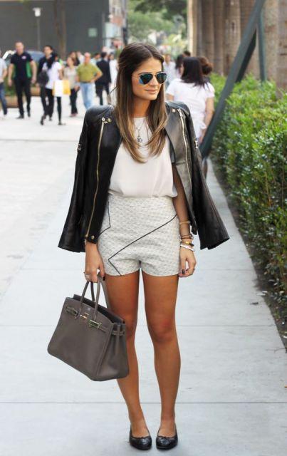 Thassia Naves veste bermuda creme, blusa no mesmo tom, jaqueta de couro preta e sapatilha na mesma cor.