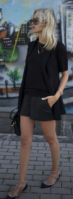 Look com bermuda preta, blusa, bolsa e sapatilha no mesmo tom.