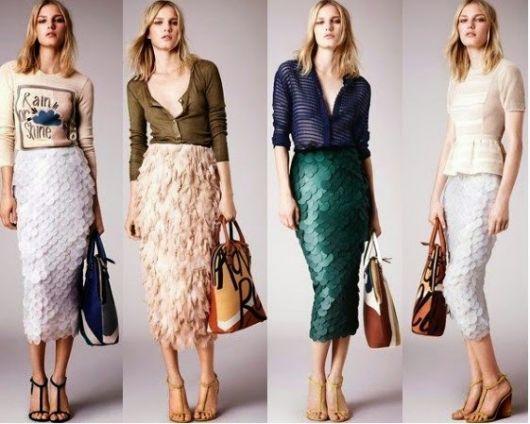 Modelos vestem saias estilo midi em paetês, nas cores, branco, bege e verde. com blusas e sandalias de salto nude.