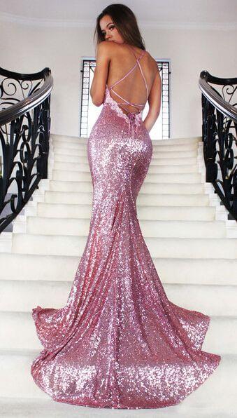 Look com vestido longo rosa.
