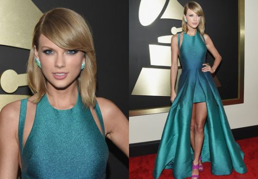 Modelo veste vestido mullet azul.